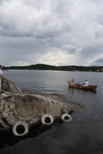 Brudeparet ankommer i båt